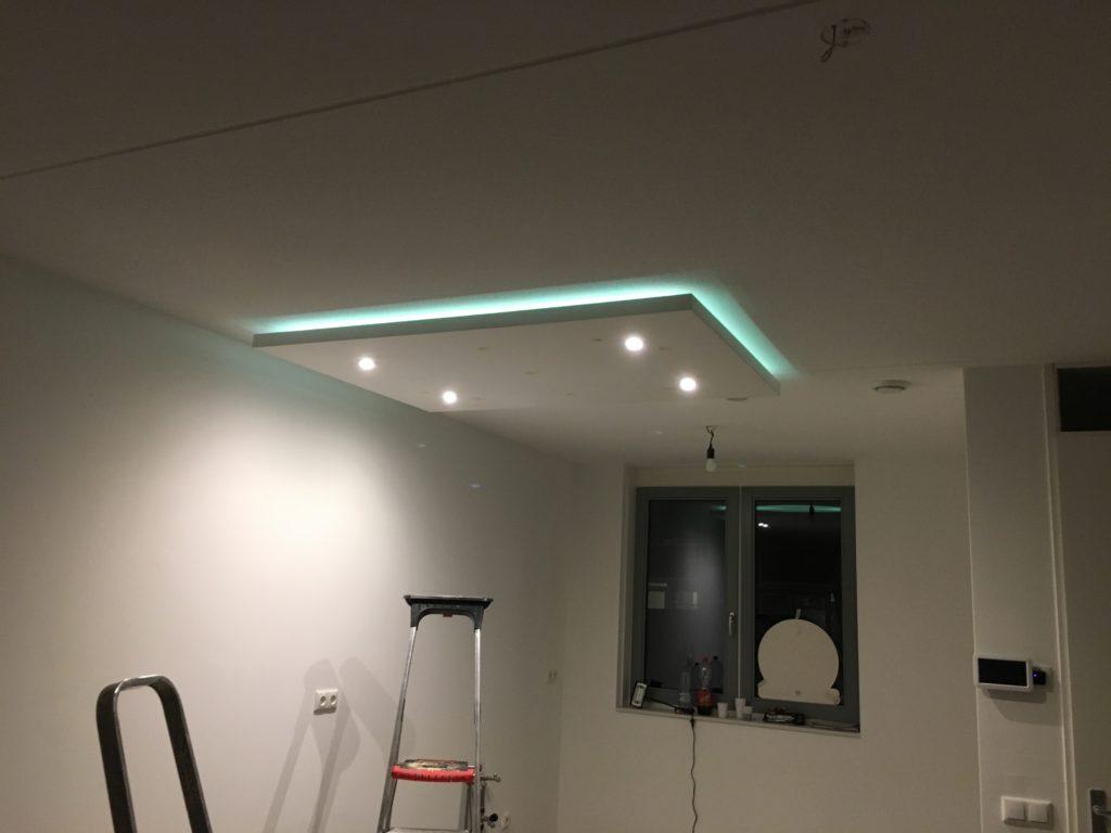 Verlaagd plafond met LED-verlichting